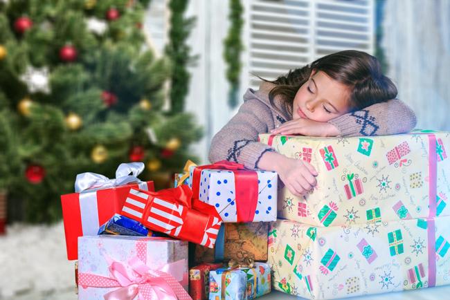 niña con regalos