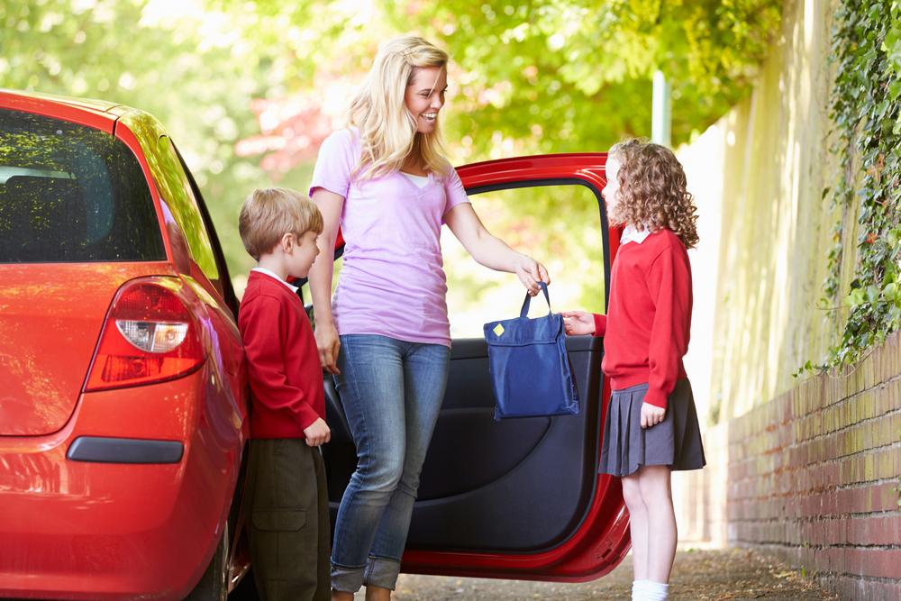 logistica madre llevando niños colegio