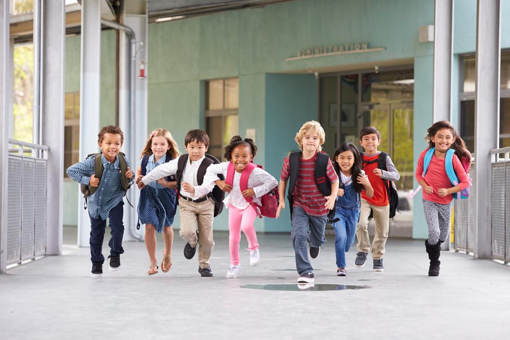 niños saliendo del cole