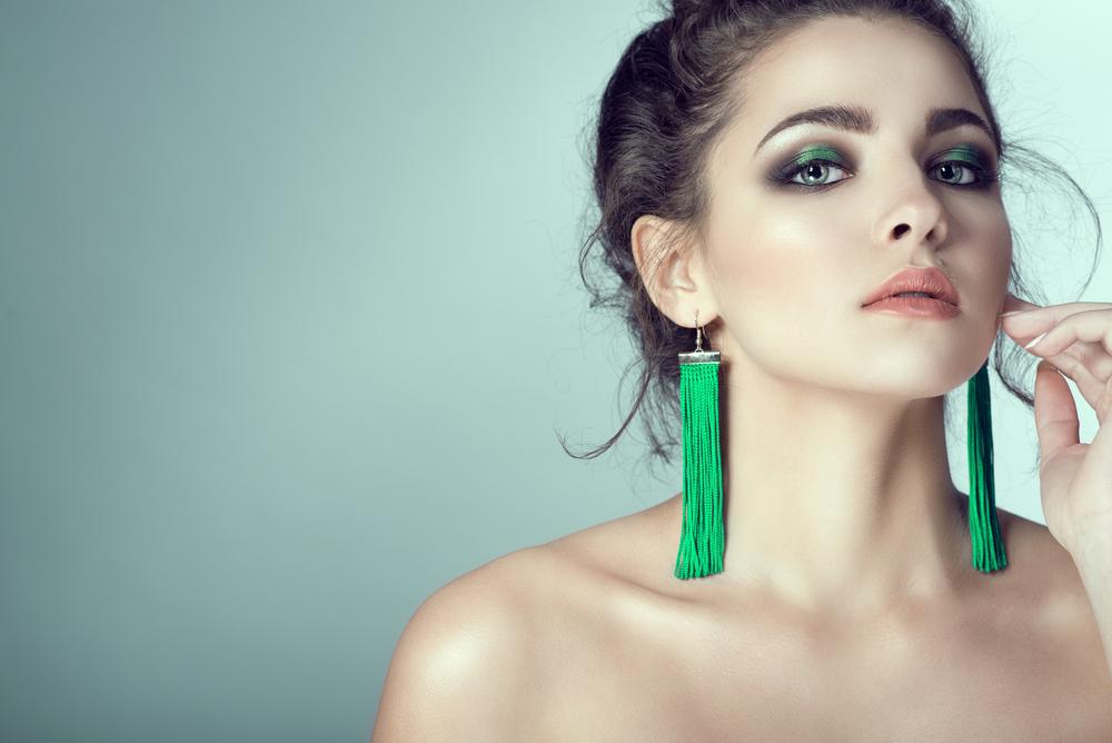 mujer con pendientes verdes