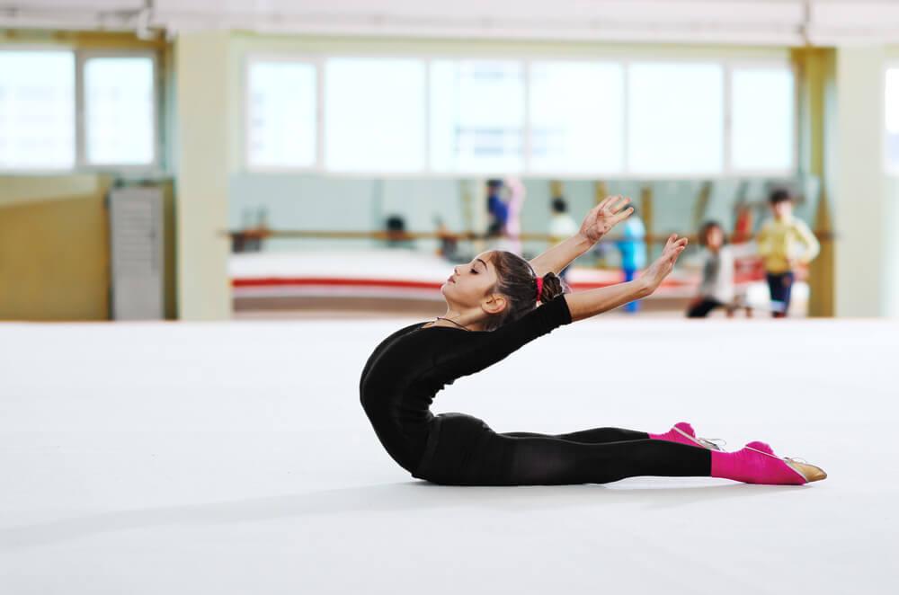 Niña practicando gimnasia