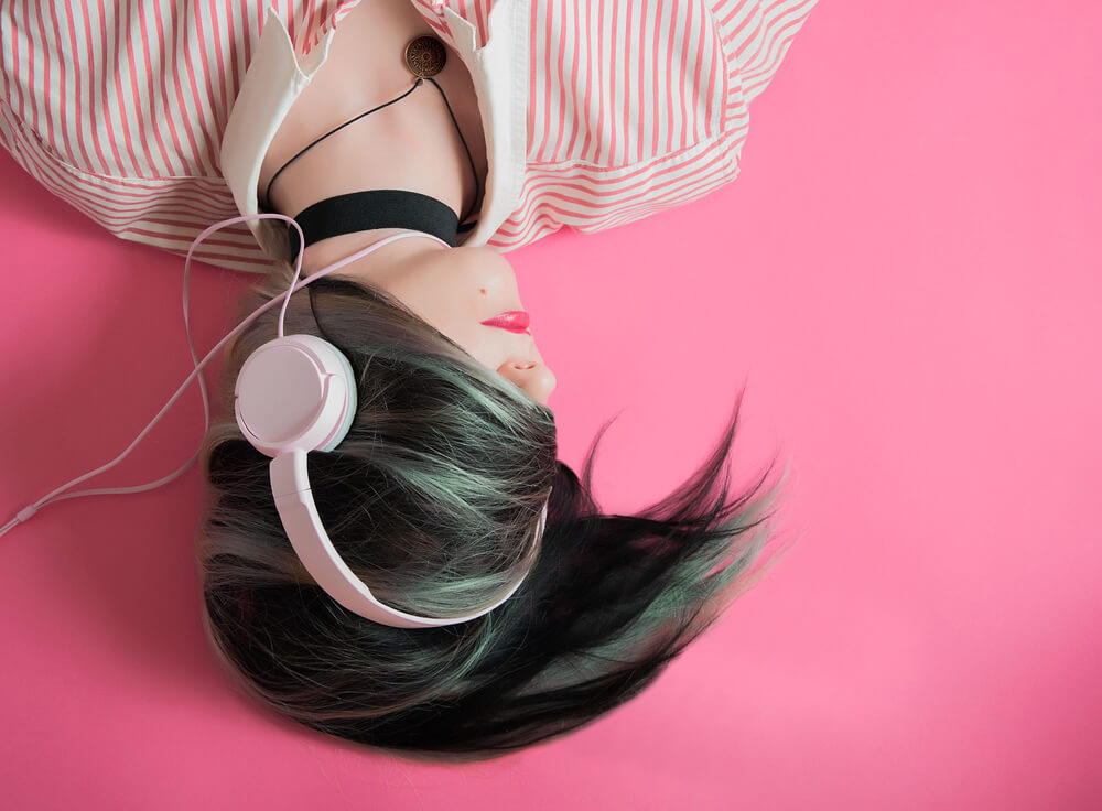 Chica escuchando música con cascos