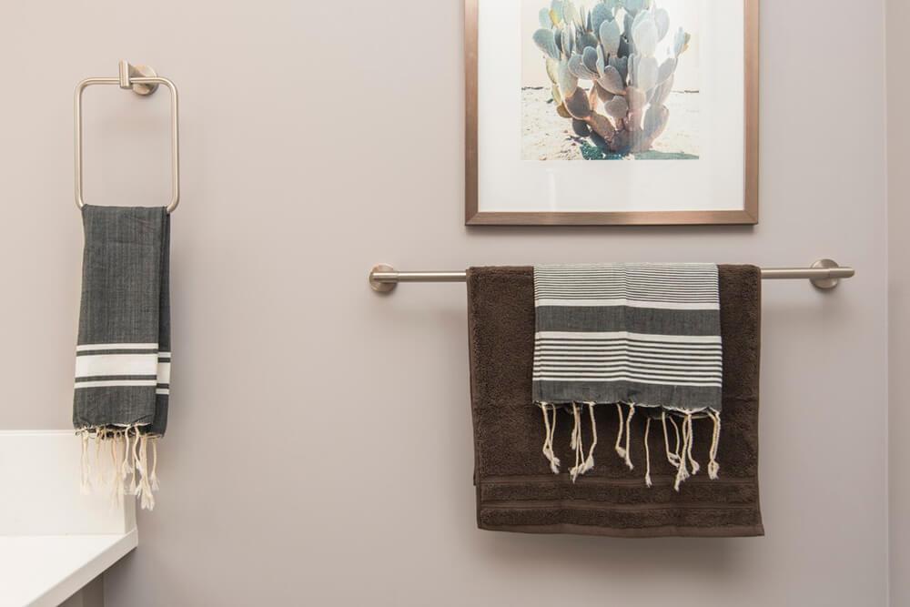 Toallas colgadas en un baño