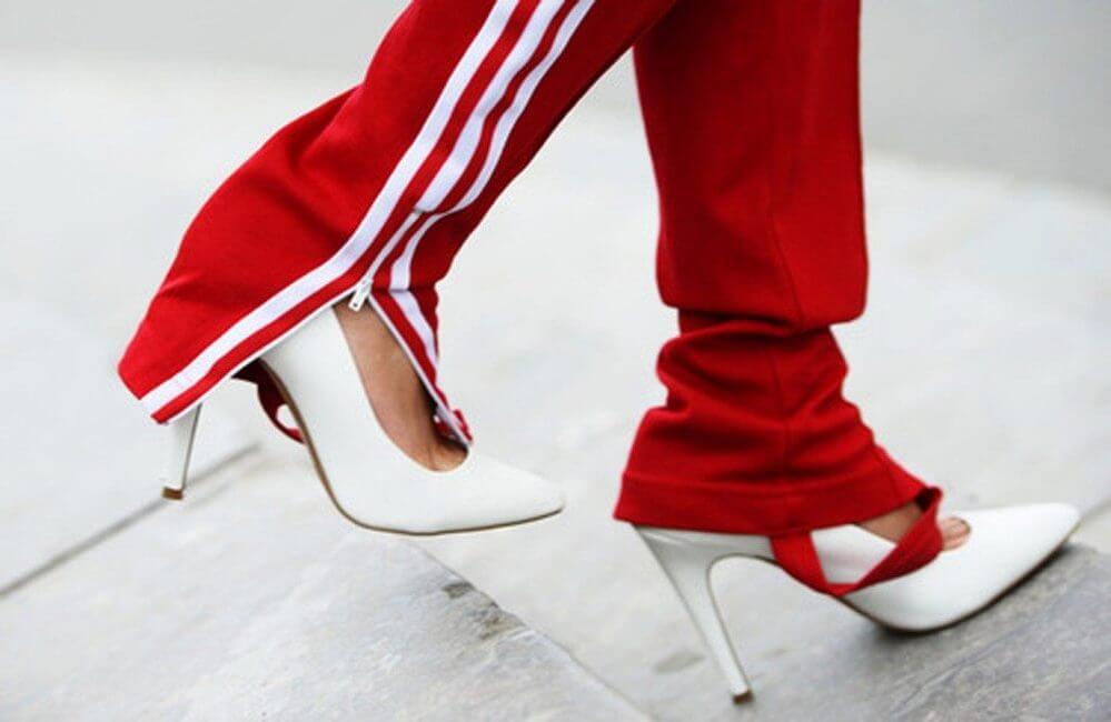 chandal y zapatos de tacón