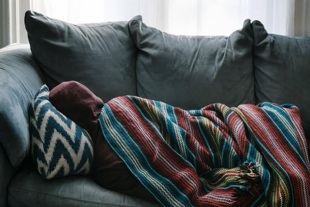 Manta y sofá